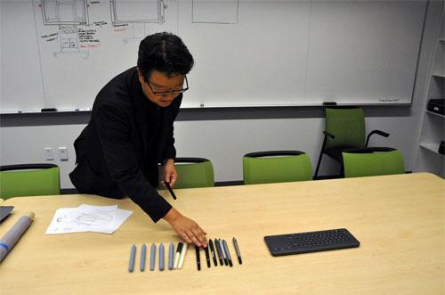 Jeff Han trong một căn phòng ở nhà máy, nơi ông đang trình diễn các nguyên mẫu của cây bút dùng với Surface Hub