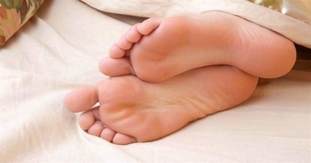Trời thì rét mà sao nhiều người vẫn thò chân ra ngoài khi ngủ nhỉ?