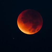 Tại sao Mặt Trăng có màu đỏ như máu khi xảy ra hiện tượng nguyệt thực toàn phần?