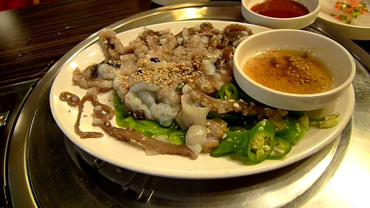 Bạch tuộc sống nguyên con hoặc các xúc tu được cắt nhỏ nhưng vẫn còn đang ngoe nguẩy được mang ra bàn ăn ngay lập tức