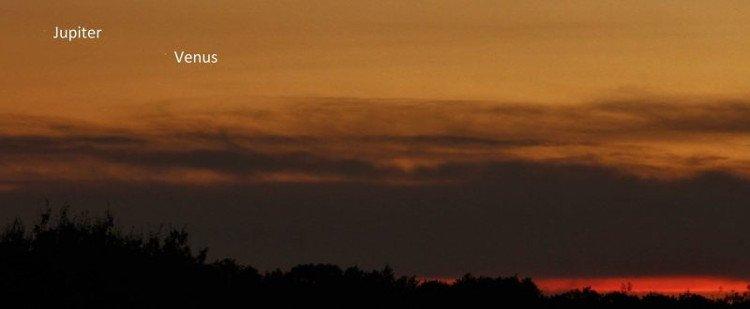 Dù nằm ở vĩ độ thấp, người yêu thiên văn tại vương quốc Anh vẫn quan sát được hai hành tinh này tỏa sáng trên bầu trời