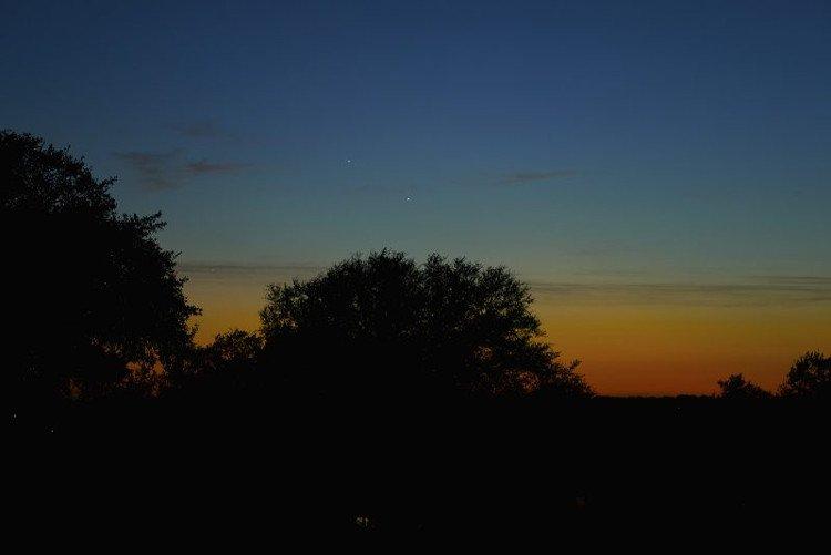 Hai hành tinh sáng trắng nổi bật giữa những đám mây xám trôi lững lờ trên bầu trời Austin, Texas