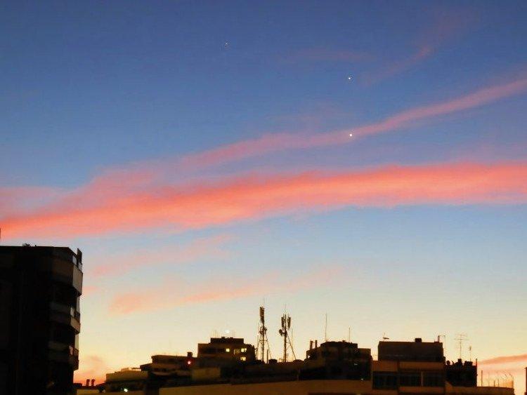 Sao Kim và sao Mộc vẫn nổi bật trên bầu trời rộng lớn dù Mặt Trời đã bắt đầu xuất hiện