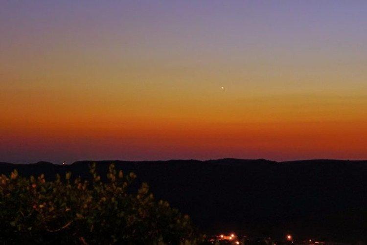 Sao Mộc và Sao Kim giao hội trên bầu trời Oceanside, California