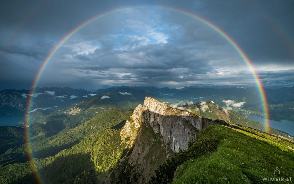 Dải cầu vồng cực đại nằm phía trên đỉnh núi vùng Schafberg, Áo tạo nên khung cảnh tuyệt đẹp