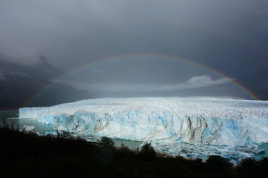 Khoảnh khắc hiếm hoi cầu vồng nổi lên phía trên một dòng sông băng giá