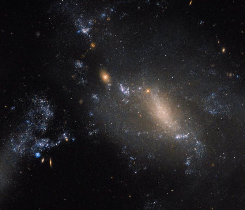 Bức ảnh mô tả hai thiên hà lạ trong vũ trụ bị hòa tan vào nhau