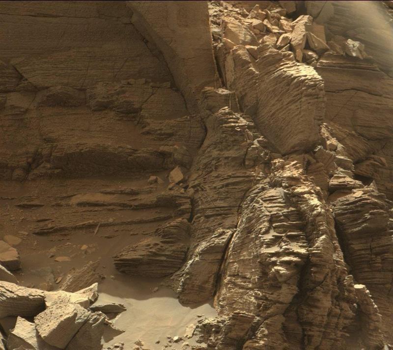 Một tảng đá độc lạ với lớp đá xếp chồng tinh tế trong khu vực núi thấp Mount Sharp