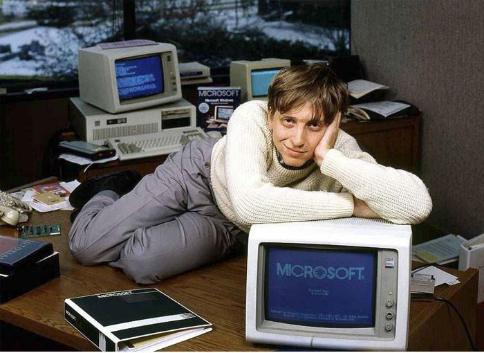 Bill Gates tạo dáng trước ống kính tại nơi làm việc.