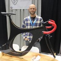 Carbon và gỗ kết hợp với nhau trong một chiếc xe đạp cong lượn kỳ quái