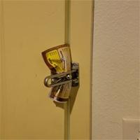 Bạn nên cẩn thận, anh chàng này chỉ cần một tập giấy và 30 giây để mở khóa cửa phòng khách sạn thôi đấy