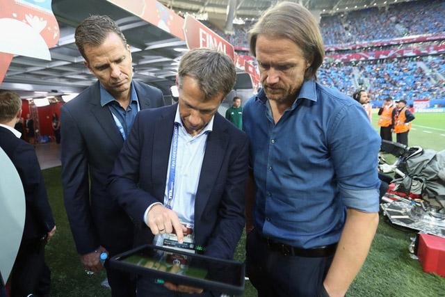 Hệ thống theo dõi cầu thủ với camera quang học