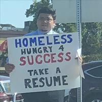 Đứng đường giơ tấm biển xin việc, anh chàng vô gia cư nhận được lời mời tuyển dụng của Google và hàng trăm công ty khác